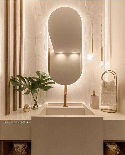 Banheiro Pequeno com cuba esculpida e espelho oval.