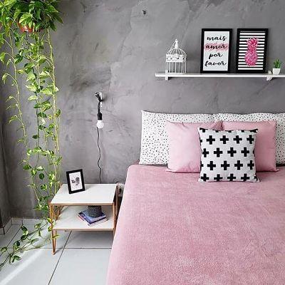 Decoração com plantas no quarto e parede de cimento queimado