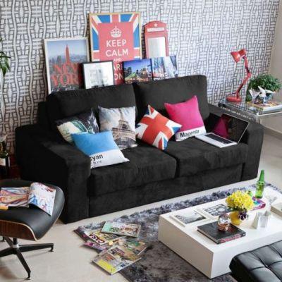 Sala com almofadas coloridas