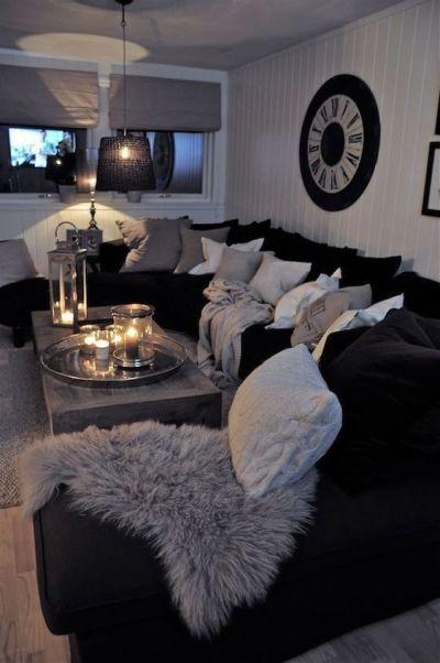 Sofá preto grande com almofadas brancas e cinza