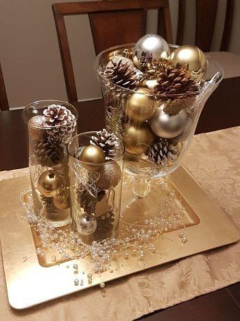 Decoração de Natal Simples com centro de mesa de vaso de vidro e enfeite de bolas