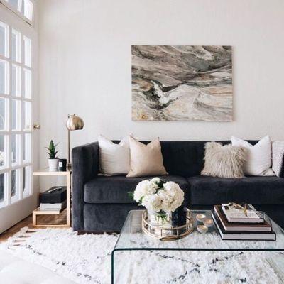 Sala com sofá preto e almofadas claras