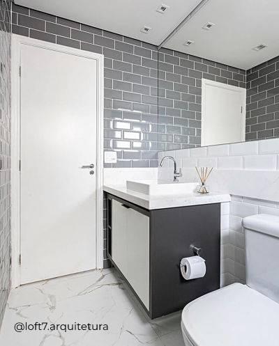 Banheiro com tons de cinza e preto e metro white.