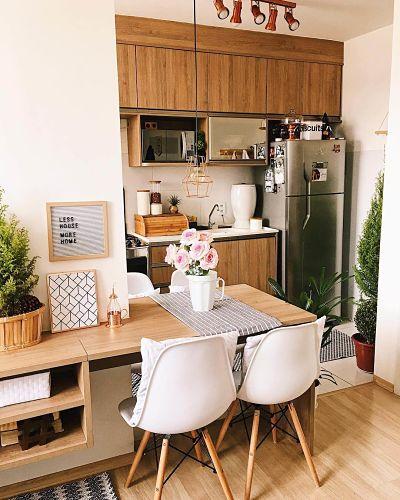 Cozinha Americana Pequena com marcenaria inteligente e cadeiras eames branca
