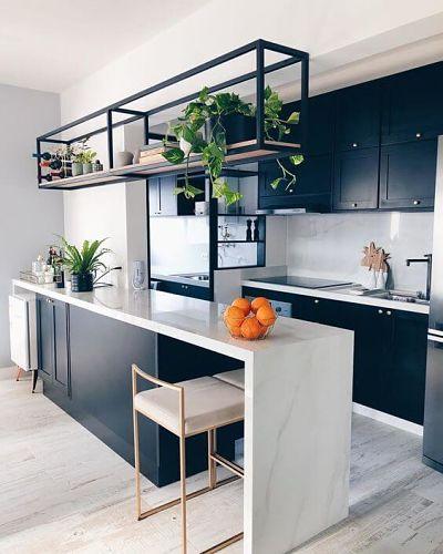 Cozinha Americana Pequena e moderna com marcenaria inteligente branca e um banco