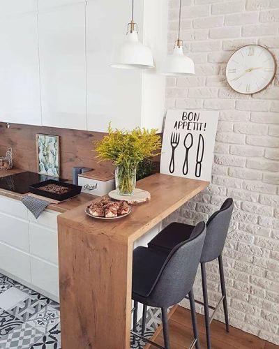 Cozinha americana com banca de madeira