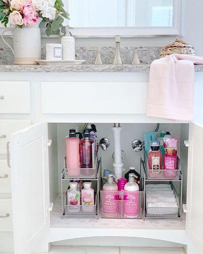 Organização de banheiro com estante de ferro