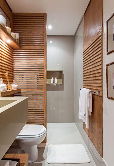 Painel vazado de madeira no banheiro
