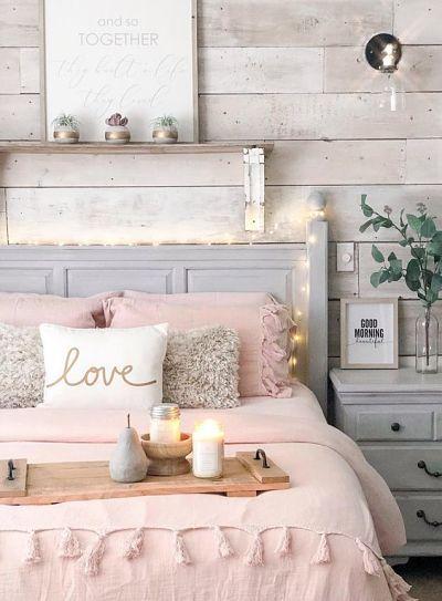 cama com cabeceira de madeira
