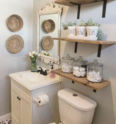 Organização de banheiro com prateleiras