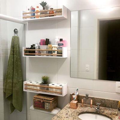 Prateleiras simples no banheiro