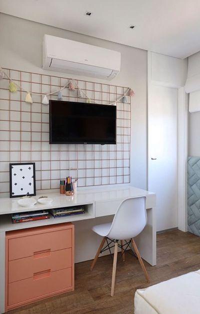 Decoração Home office pequeno no quarto com grade memory board