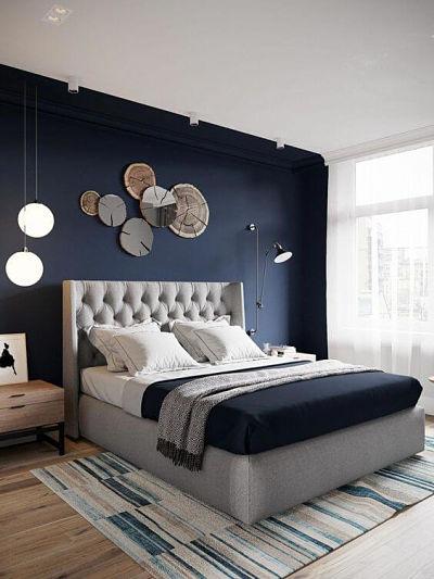 quarto azul marinho e cinza com cestos na parede