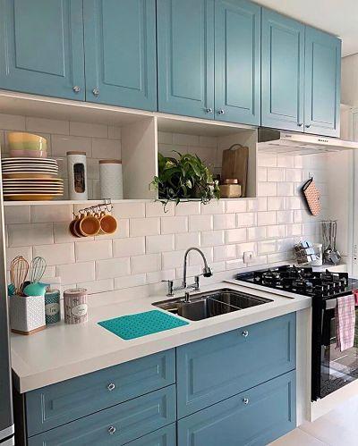 Cozinha azul pequena com fogão