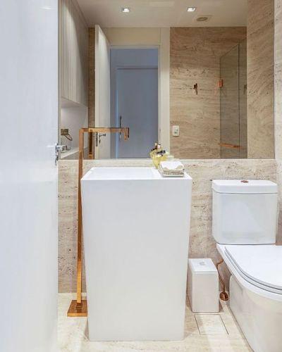 Cuba de piso branca no banheiro