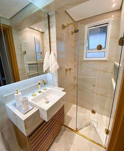 Banheiro com tons claros e cuba de semi encaixe