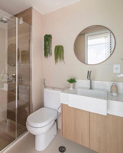 Banheiro pequeno com cuba de semi encaixe e espelho redondo