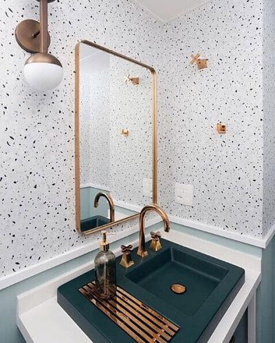Banheiro com cuba de sobrepor Deca verde e revestimento granilite na parede