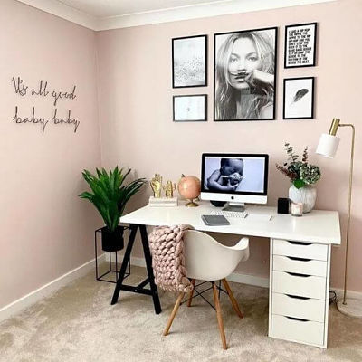 Decoração de home office feminino rosa.
