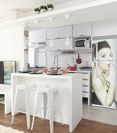 Cozinhas Americanas Pequenas -bancada branca de marcenaria branca  com bancos tolix