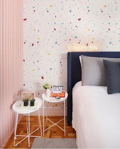 Papel de parede granilite no quarto e mesas laterais