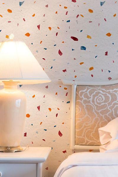Papel de parede granilite no quarto com abajour