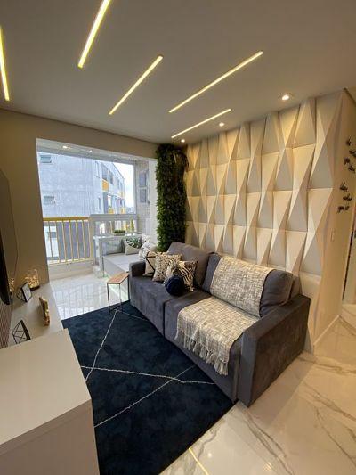 Sala com sofá cinza e parede com revestimento 3d de gesso