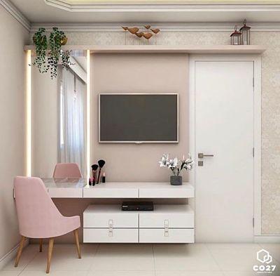 Penteadeira planejada no quarto com tons claros e tv