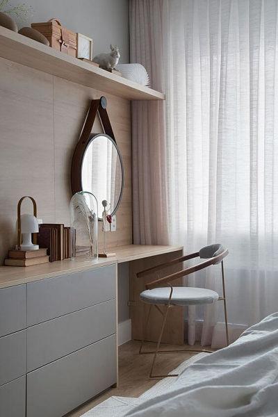 Penteadeira planejada no quarto com tons claros