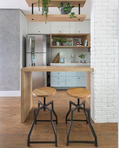 bancada de cozinha americana com prateleira suspensa e duas banquetas