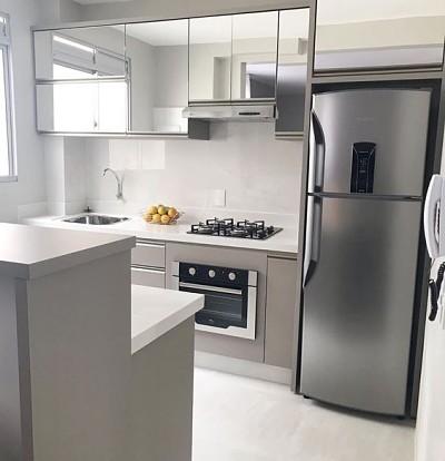 Cozinha planejada simples e pequena com armário espelhado