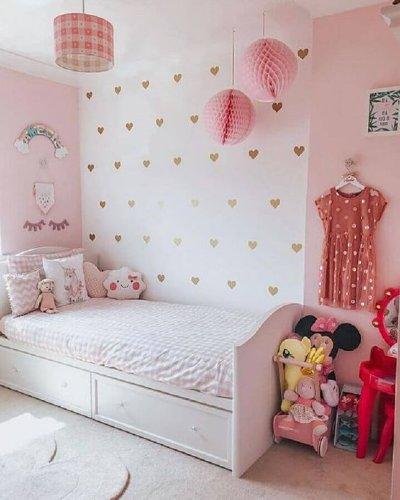 Decoração de quarto infantil com parede criativa