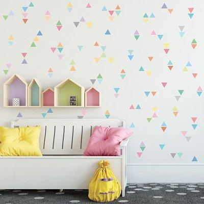 Quarto infantil com parede decorada