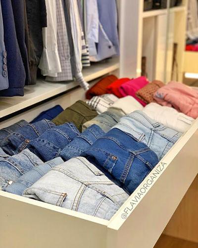Calças dobradas em gavetas