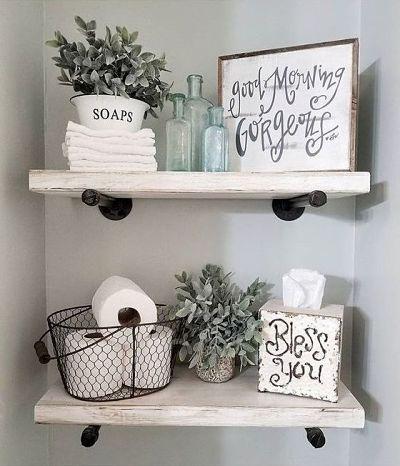 Decoração com prateleiras na parede de banheiro com acessórios