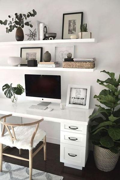 decoração home office branco com plantas