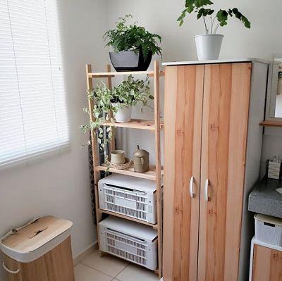 decoração de banheiro com estante de madeira e armário