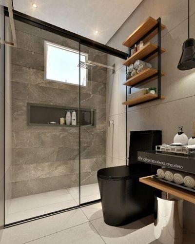 Banheiro pequeno cinza e preto com prateleiras
