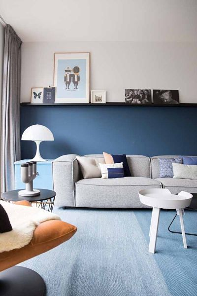 Sala com parede azul e sofá cinza