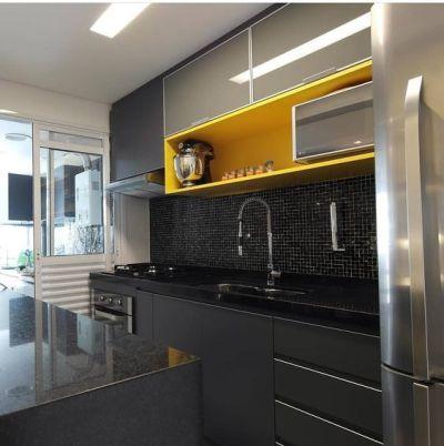 Cozinha amarela e preta