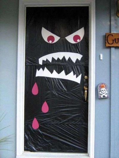 Ideia de decoração de porta halloween com papel e plástico