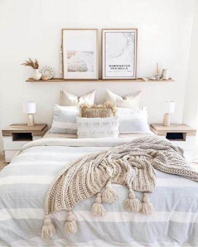 Decoração de quarto de casal: prateleira e quadros.