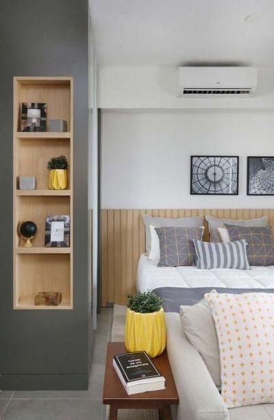 Decoração de quarto de casal com almofadas e detalhes em tons de amarelo