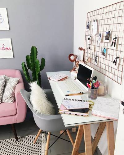 Home office simples na sala