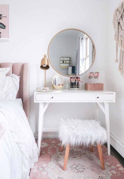 escrivaninha branca com espelho redondo quarto