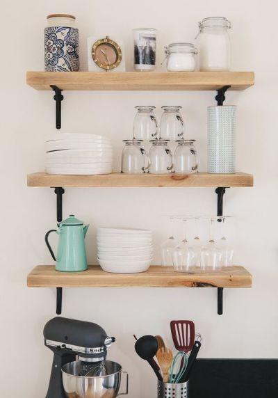 Prateleiras de madeira na cozinha