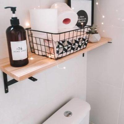 Prateleira simples no banheiro