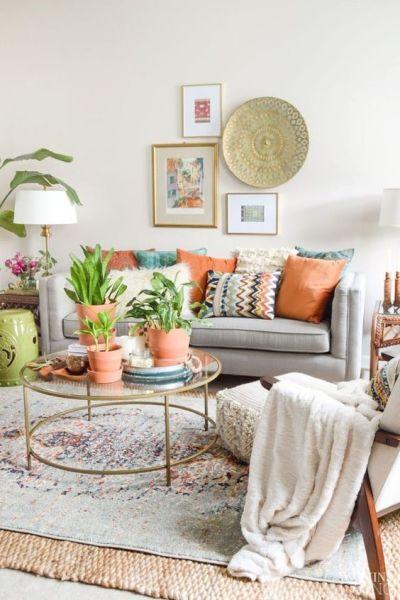 Sala com sofá cinza estilo boho chic