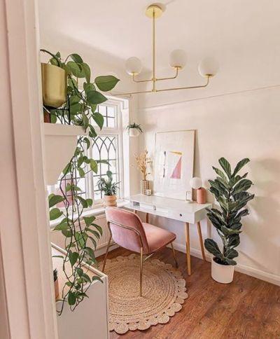 Home office pequeno no quarto com plantas