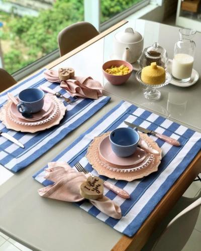 Mesa posta café da manhã azul e rosa